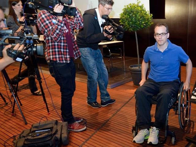 Ronny Keller im Rollstuhl, daneben mehrere Kameraleute.