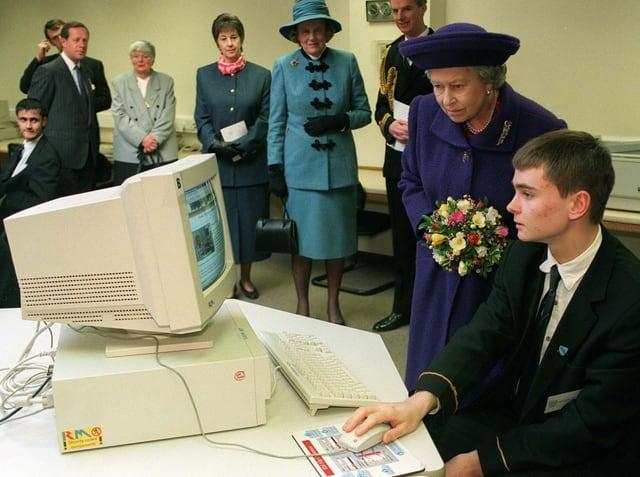 Queen 1991 vor einem PC-Bildschirm in einer Hochschule.