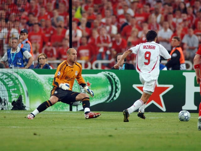 Philippo «Pippo» Inzaghi umkurvt Liverpool-Goalie Pepe Reina und erzielt das 2:0.