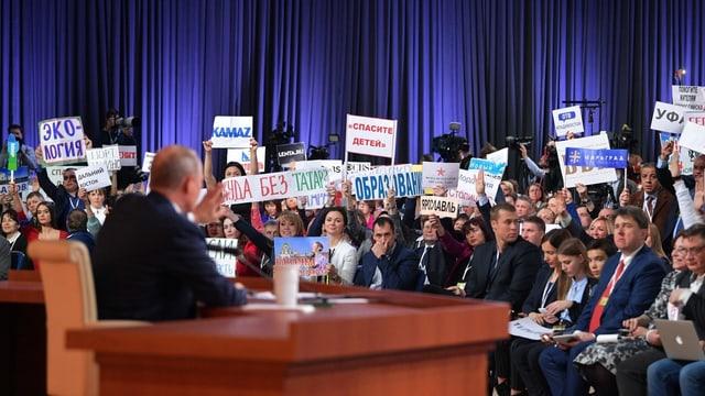 Viele Journalisten hören Putin zu