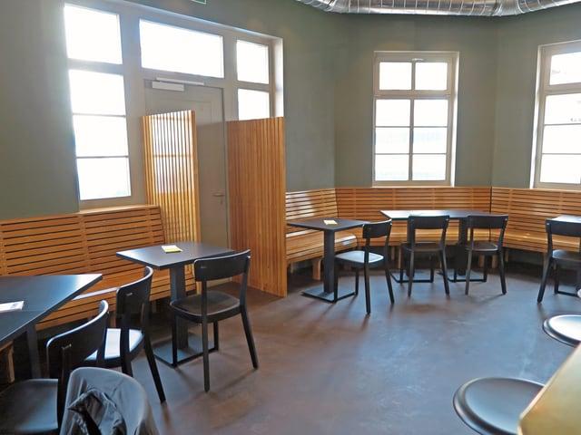 Blick in ein kleines modern eingerichtetes Restaurant.