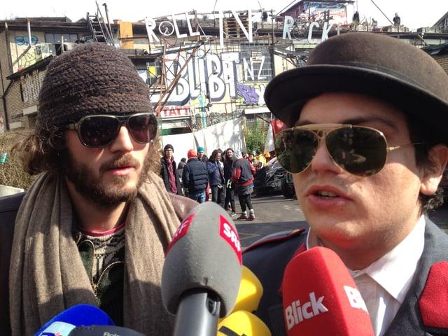 Zwei maskierte Besetzer geben Interviews.