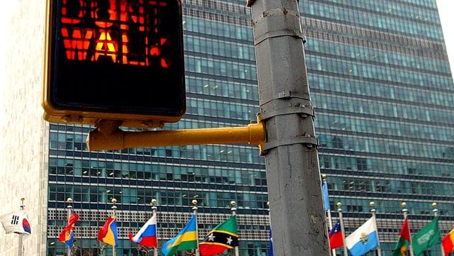 Blick auf das UNO-Hauptgebäude in New York. Im Vordergrund eine Fussgänger-Ampel mit der Leuchtschrift «Don't walk».