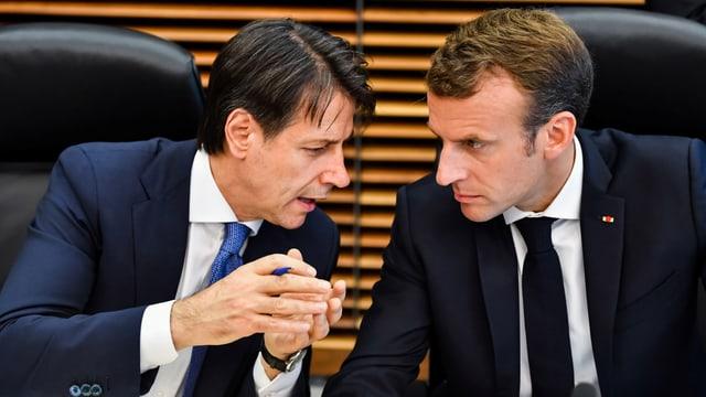 Conte und Macron sprechen miteinander.