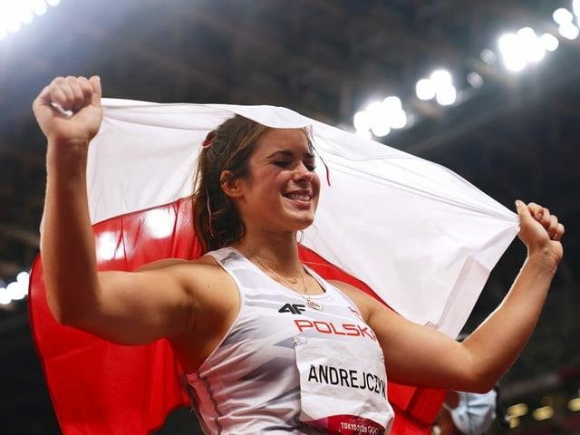 Maria Andrejczyk freut sich mit der polnischen Flagge.