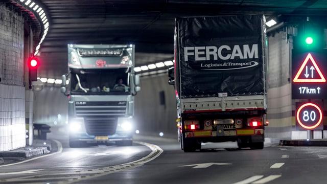 Zwei Lastwagen in der Gotthardröhre