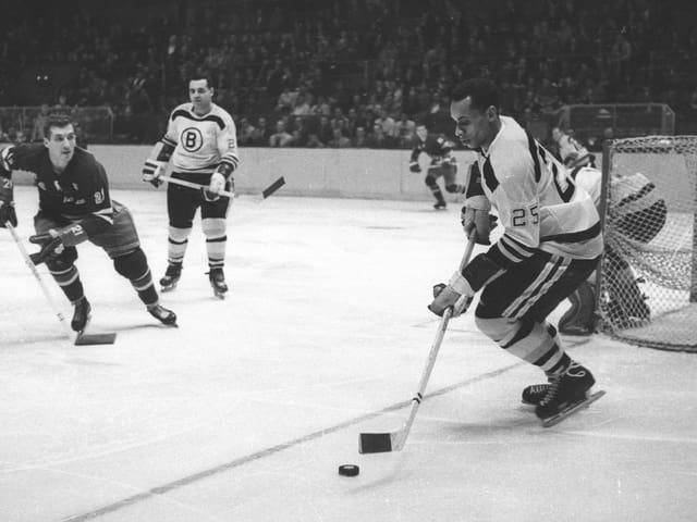 Willie O'Ree im Dress der Boston Bruins in einer Partie gegen die New York Rangers im Madison Square Garden.