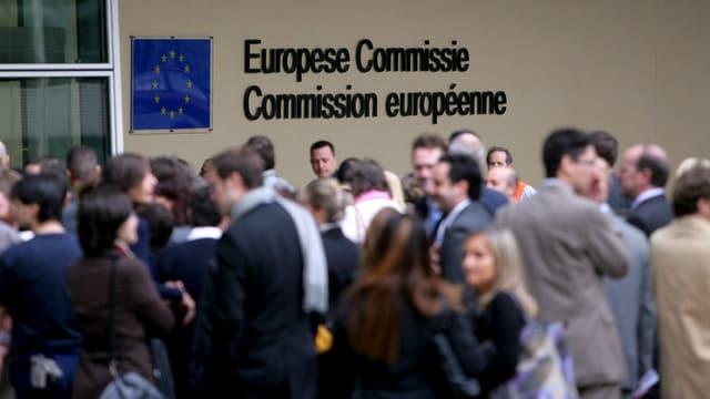 Leute tummeln sich vor dem Gebäude der EU-Kommission