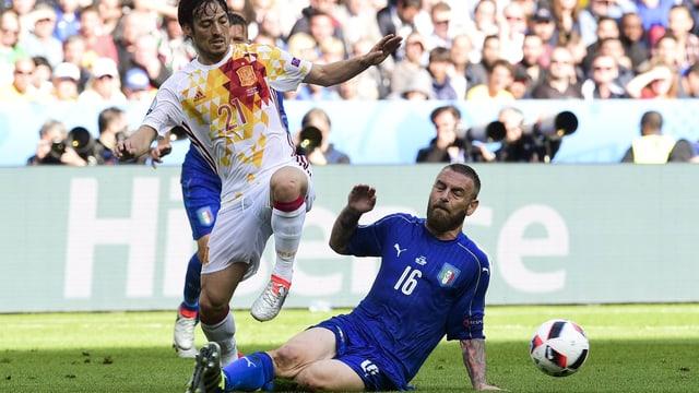 Daniele De Rossi im Zweikampf mit Spaniens David Silva
