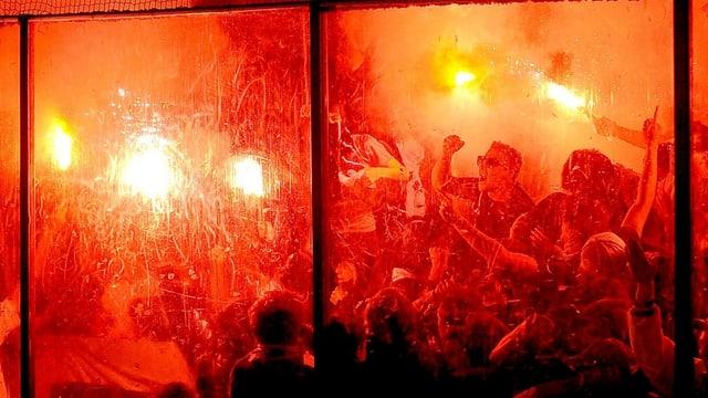 Fans des HC Ambri-Piotta beim Abbrennen von Pyro-Material.