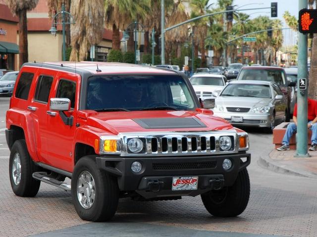 Roter Hummer in einer amerikanischen Stadt