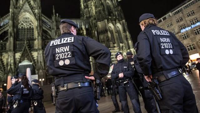 Polizei vor dem Kölner Dom