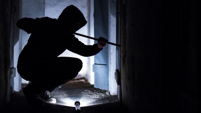 Einbrecher im Dunkeln (Symbolbild).