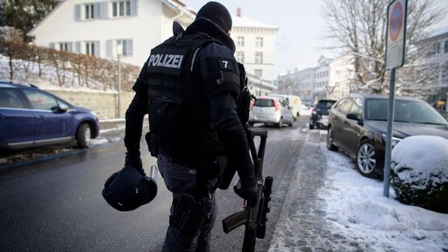 Ein vermummter Polizist
