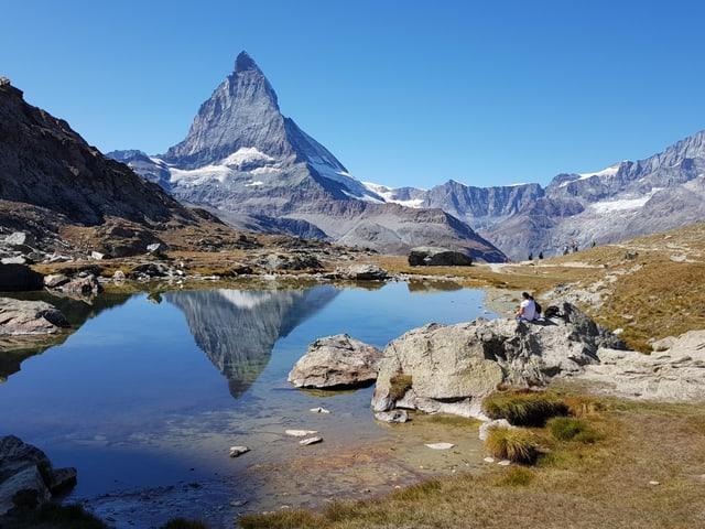 Das Matterhorn sticht in den wolkenlosen Himmel.