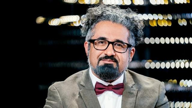 Ein Mann mit grauen Haaren und Brille