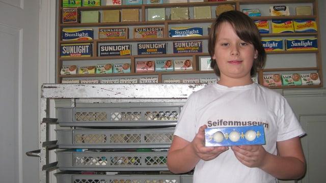 Ein 10jähriger Junge vor seiner Seifensammlung