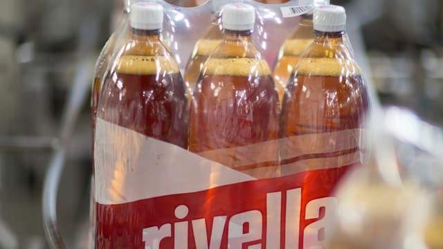 Ein Sixpack von grossen Rivella-Flaschen.