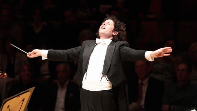 Der 32jährige venezolanische Dirigent Gustavo Dudamel in grosser Pose während eines Konzertes.