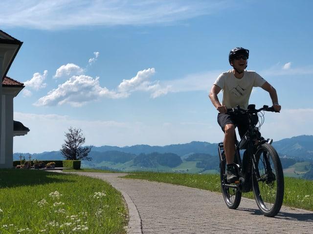 Reto Scherrer auf dem E-Bike.