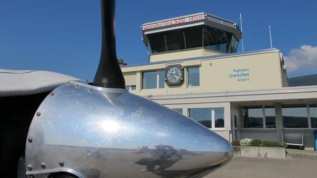 Propeller vor Kontrollturm.