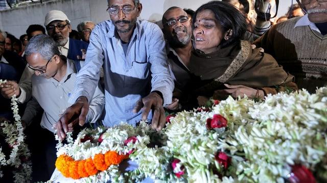 Mutter und Vater des Opfers betrauern den Tod ihrer Tochter.