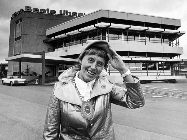 Beate Uhse vor ihrem Versandhaus in Flensburg, 1971.