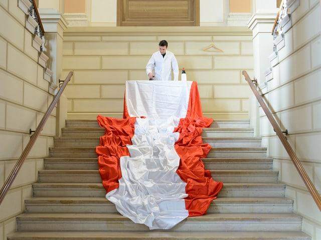 Rot-weisses Tuch im Treppenhaus