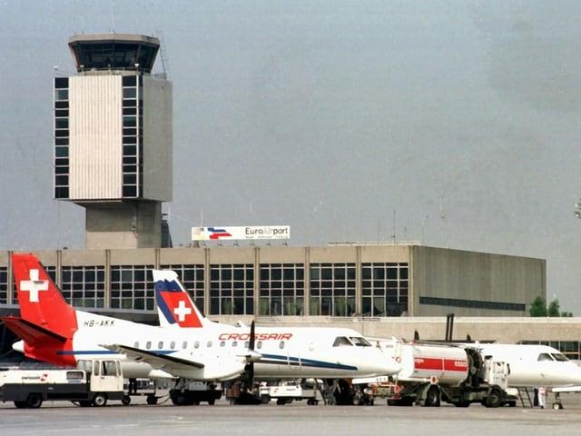 Crossair Flugzeuge vor dem Kontrollturm des Euroairports.