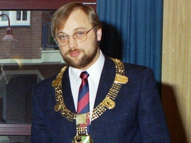 Martin Schulz in einer Archivaufnahme von 1987 mit Kette von Würselen um den Hals.