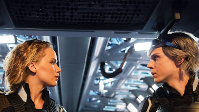 eine Frau und ein Mann schauen sich an.