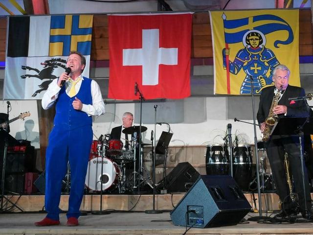 Sänger und Musiker auf einer Bühne.