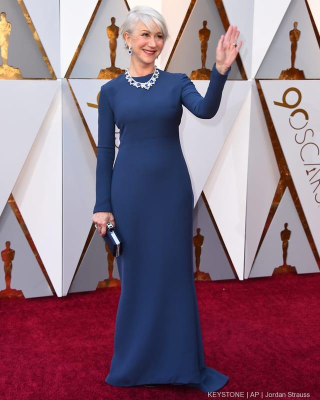 Hellen Mirren in einem blauen Kleid.
