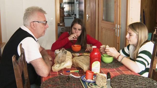 Iain McKay cun sias duas figlias Fiona e Leah en l'abitaziun a Mustér vid ensolver