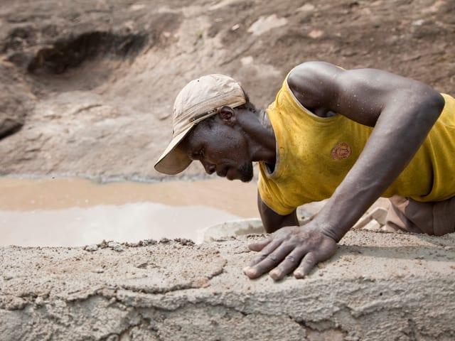 Im Südsudan baut Caritas einfache Rückhaltebecken zur Sammlung von Regenwasser, das dann in Zisternen gespeichert wird.