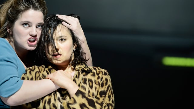 Antigone (Juliane Lang, links) und ihre Schwester Ismene (Dagmar Bock).