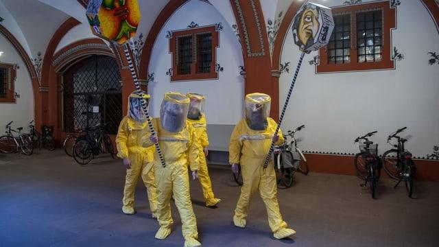 Leute mit gelben Kostümen
