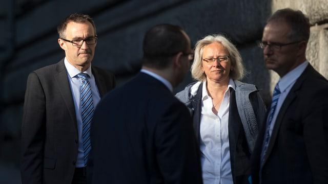 Martin Baltisser und Silvia Bär hinter zwei Männern stehend.