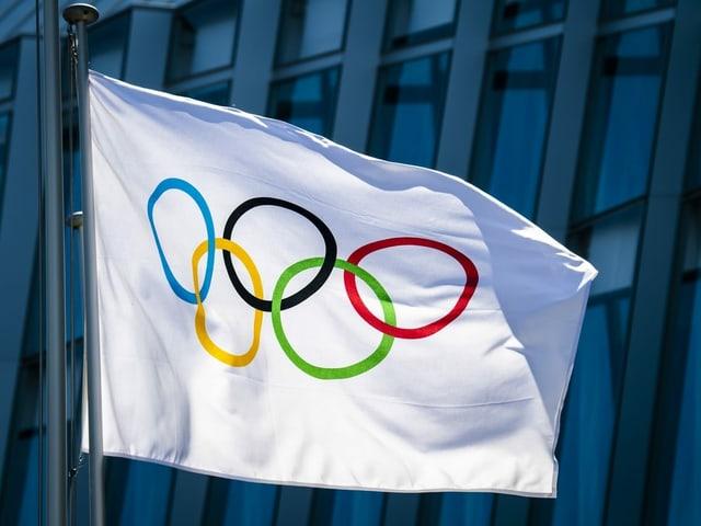 Olympische Flagge weht im Wind