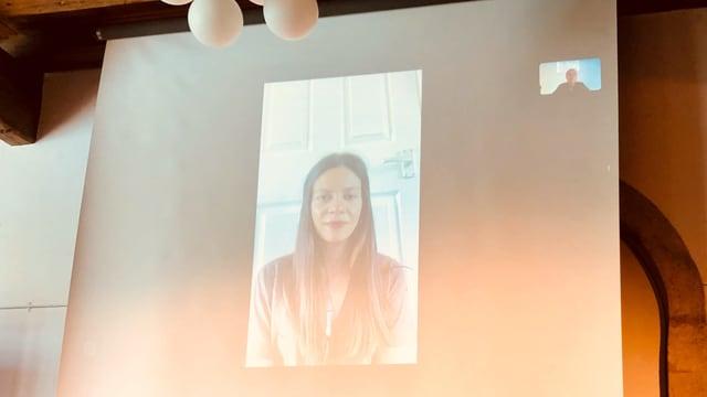 Dima Wannous ist vie Skype zugeschaltet und ihr Bild auf eine Leinwand übertragen.