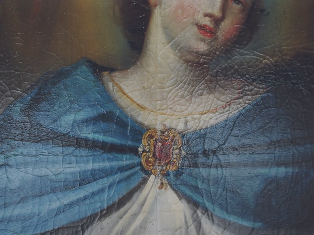 Bild von Frau mit Brosche.