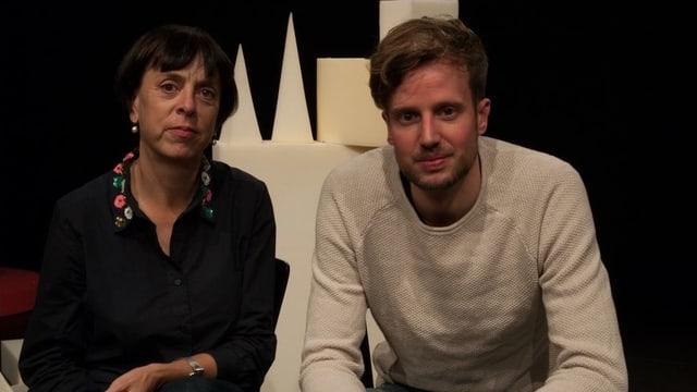 Frau mit dunklen Haaren neben jungem Mann mit weissem Pullover