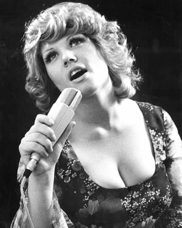 Maja Brunner singt verträumt auf einer frühen Aufnahme in schwarz-weiss.