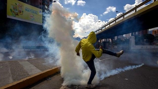 Demonstrant sin via da Caracas.