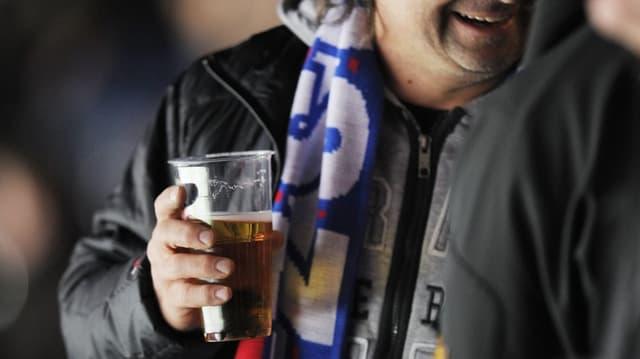 ZSC-Fan mit einem Becher Bier in der Hand
