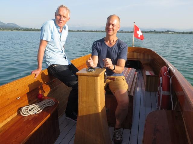 zwei Männer auf Motorboot
