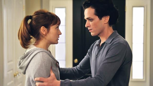 Mann hält Frau am Arm fest