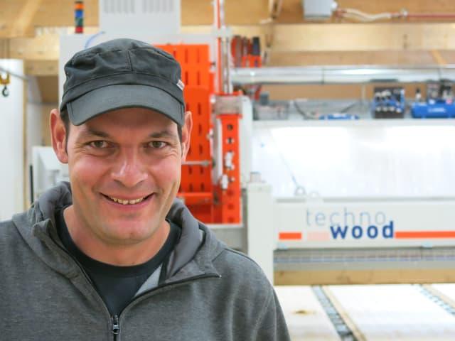 Jürg Hirschi, Chef der Holz AG aus Trub, vor seiner Sägemaschine.