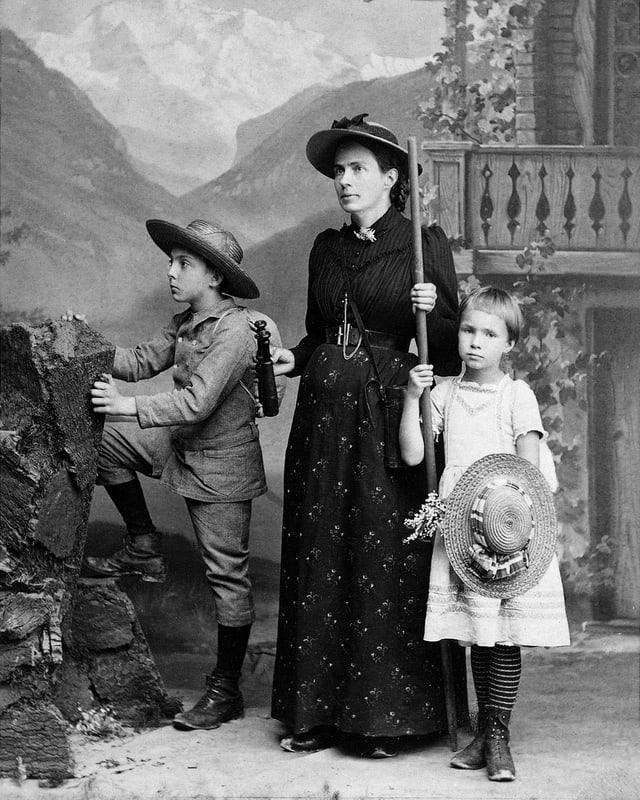 Marie Heim-Vögtlin in einer alten Aufnahme mit ihren zwei Kindern. Alle drei im Bergsteiger-Dress.