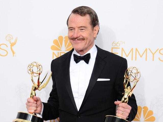 Bryan Cranston, lachend mit zwei Emmys